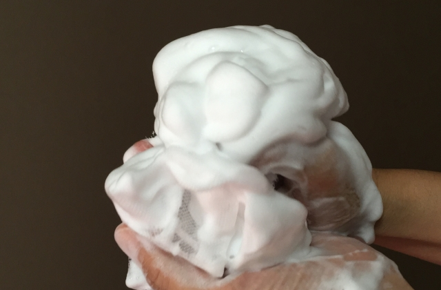 洗顔をするときに泡を多めにつけるとよい