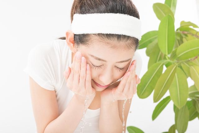 洗顔は円運動でやさしく行う